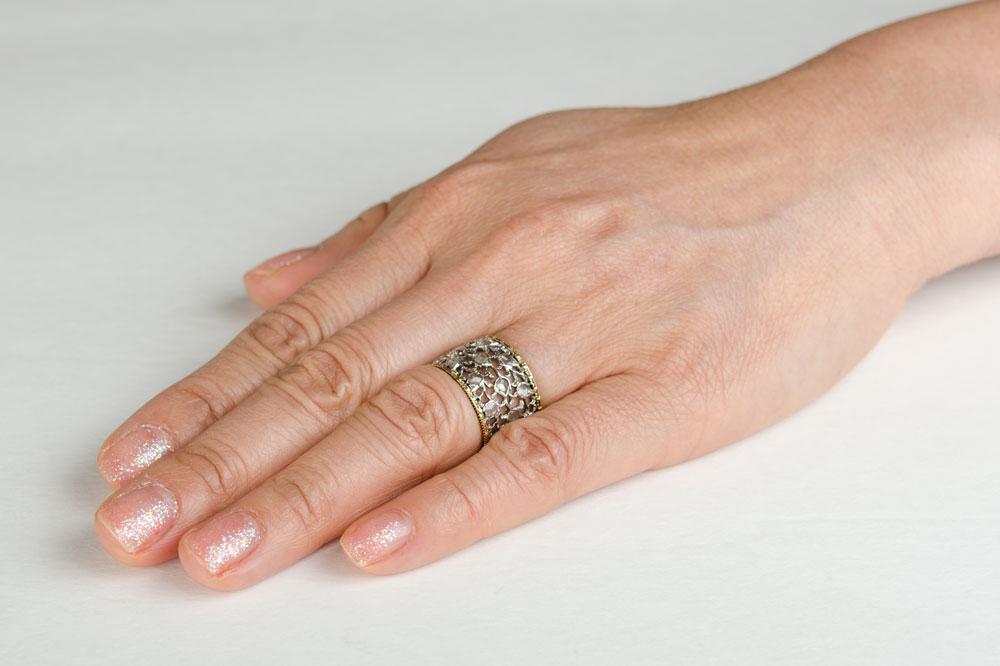 A Buccellati Wedding Band on a Finger