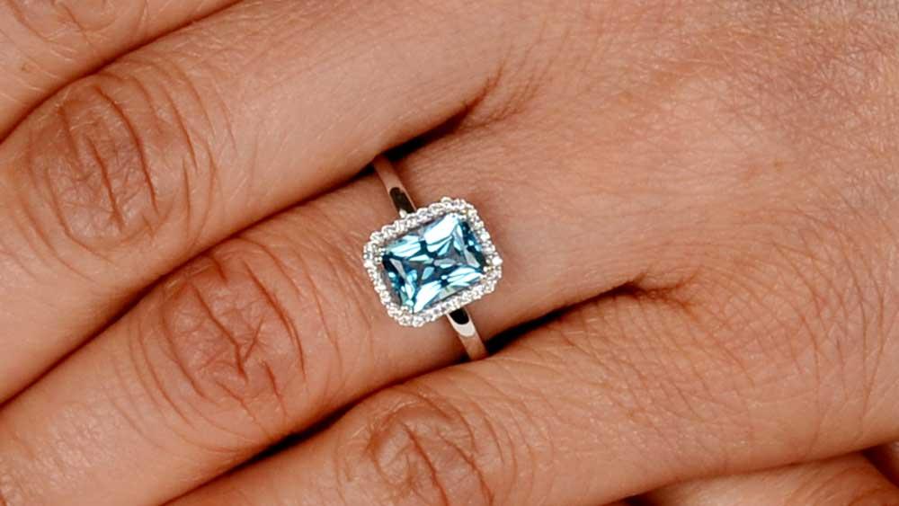 12219 White Gold Ring on Finger